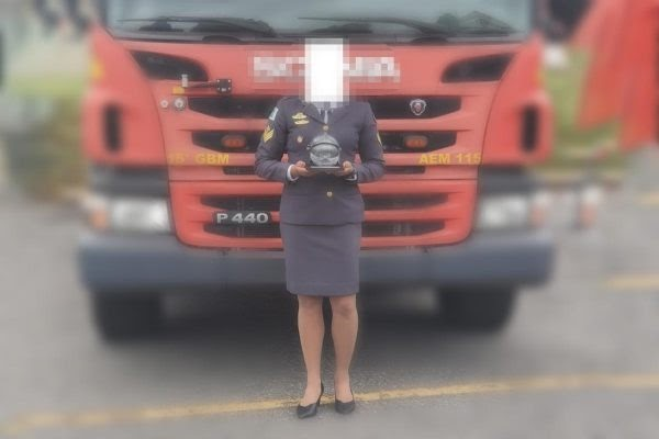 """Por causa de """"saias curtas"""", coronel expulsa bombeiras de cerimônia"""