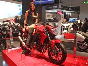 Modelo posa ao lado da Honda CB 500F (Foto: Rafael Miotto / G1)