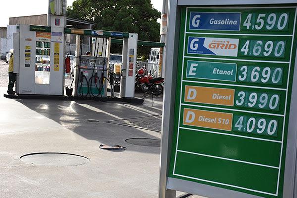 O litro da gasolina comum já era encontrado ontem (21), em alguns postos da zona Sul de Natal, sendo vendido a R$ 4,59