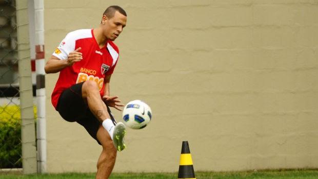 Luis Fabiano, do São Paulo, treina com bola (Foto: Marcos Ribolli / globoesporte.com)