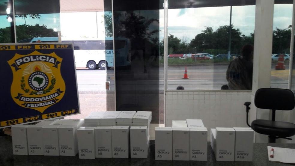 PRF apreendeu 50 celulares sem nota fiscal em ônibus na BR-153 (Foto: PRF/Divulgação)