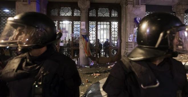 Agentes de los Mossos d'Esquadra custodian las puertas de la sede de la consellería de Economía de la Generalitat. - EFE