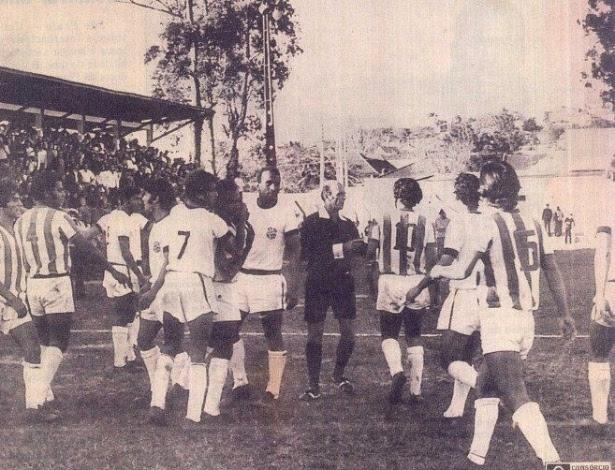 De preto no centro da imagem está Gilberto Nahas, árbitro que expulsou 22 jogadores num jogo em homenagem a ditadura
