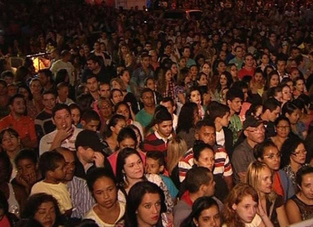 Fãs participam da missa de 7º dia do cantor Cristiano Araújo, em Goiânia, Goiás (Foto: Reprodução/TV Anhanguera)