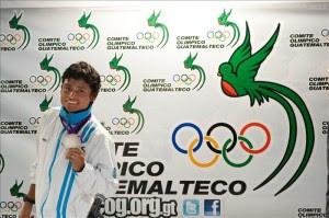 También está previsto que el medallista olímpico guatemalteco, Erick Barrondo, entregue más de 18.000 pares de zapatos tenis a niños y jóvenes de regiones consideradas vulnerables a la delincuencia, como un incentivo para que practiquen deporte. EFE/Archivo