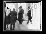 Carlos Manuel de Céspedes en la entrada de Legación de Cuba 1921