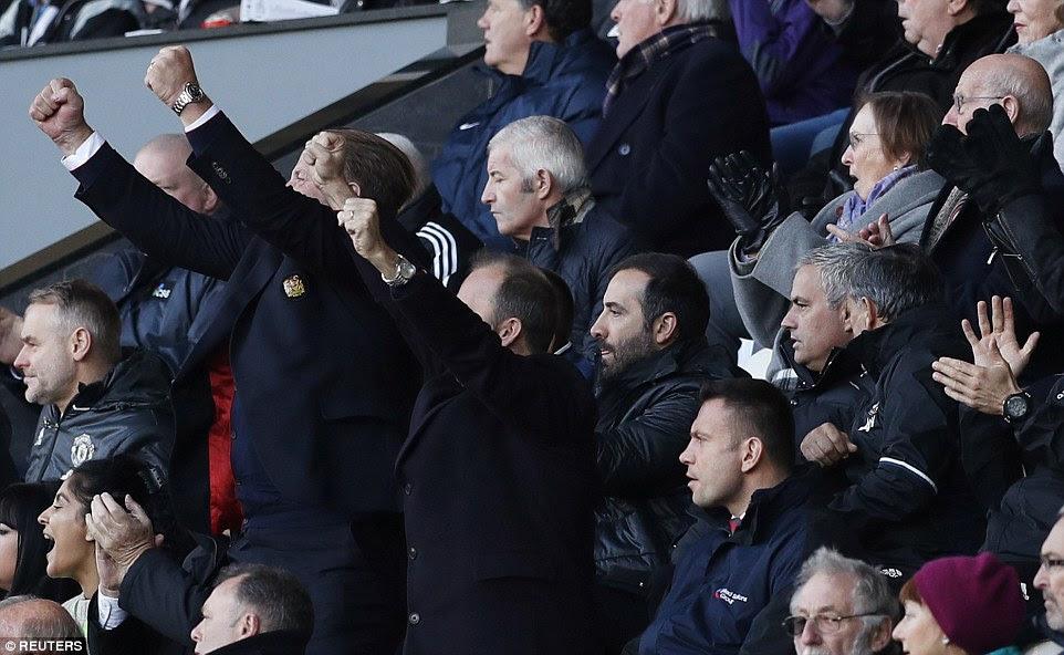 Manchester United jefe Ed Woodward tira su mano en el aire tras la meta de Pogba mientras que José Mourinho se mantiene fresco