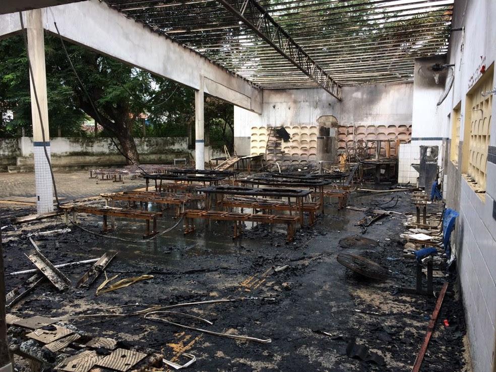 Refeitório da escola ficou destruído (Foto: Kleber Teixeira/Inter TV Cabugi)