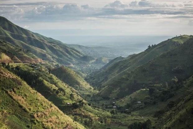 O trajeto inclui uma paisagem particular: as montanhas Rwenzori, no extremo oriente do país. (Foto: Tommy Trenchard / Sightsavers)
