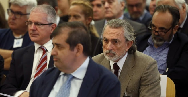 Francisco Correa, presunto cabecilla de la trama Gürtel, y Pablo Crespo, exsecretario de Organización del PP de Galicia y supuesto número dos de la trama, durante el juicio en la sede de la Audiencia Nacional de San Fernando de Henares. EFE/Chema Moya