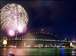 استراليا ـ بندرسيدنی، نخستين کشوری که با آتش بازيهای خيره کننده ای، به استقبال سال 2004 رفت.