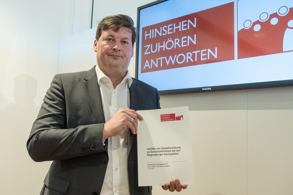 Lawyer Ulrich Weber, advogado responsável por investigar abusos em coral alemão (Foto: Armin Weigel / dpa / AFP)