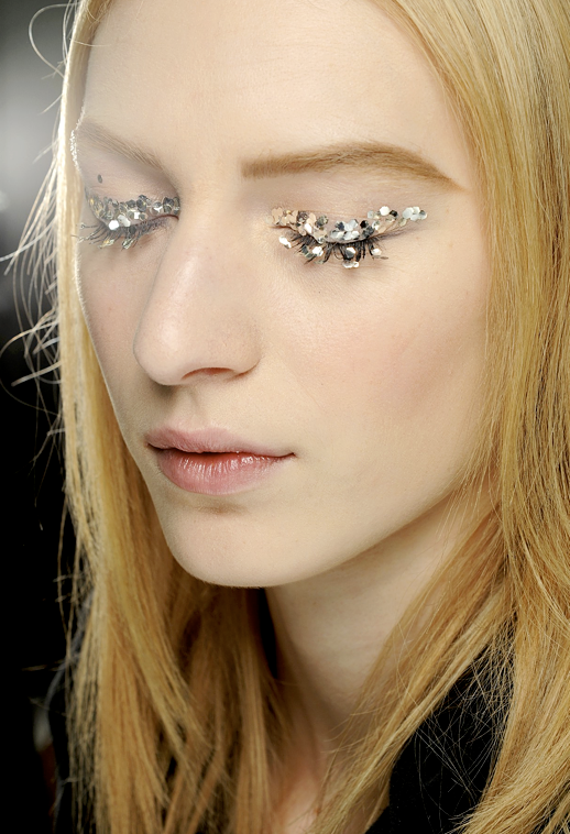 LE FASHION BLOG BEAUTY BACKSTAGE CHANEL FW FALL WINTER 2013 GLITTER CAT EYE LINER SEQUIN SHIMMER PARIS FASHION WEEK PETER PHILLIPS MAKEUP ARTIST 4