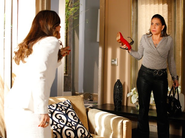 Wanda diz que a chefe pirou (Foto: Salve Jorge/TV Globo)