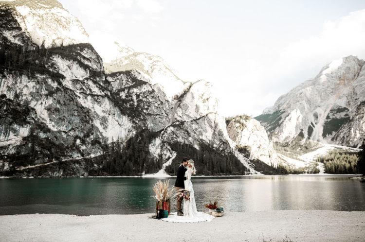 Die Zeremonie fand auf dem Berg lake shore, nicht viel Dekor gebraucht, weil der Ort ist malerisch