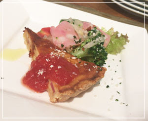津田沼「51/2カフェ」にて。前菜はキッシュでした。うれしー。