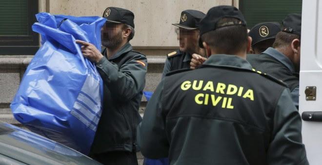 Agentes de la Guardia Civil, en una operación policial en Catalunya. EFE
