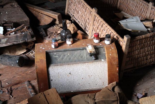 En gammal radio bland bråten på vinden.
