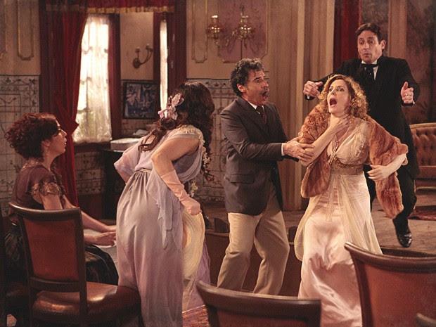 Catarina consegue tirar Diva do sério, e ela grita (Foto: Lado a Lado / TV Globo)