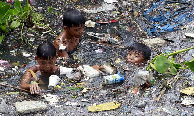 Philippines children risk their lives sifting through floating rubbish