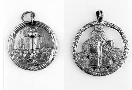 Selos Minerval dos Illuminati da Baviera.  Estes pingentes, usado ao redor do pescoço de Minerval iniciados, contou com a Coruja de Minerva.  Também conhecido como o Coruja da Sabedoria, esse símbolo é encontrado ainda hoje em lugares poderosos: ao redor da Casa Branca, escondido na nota de dólar ou na insígnia do Bohemian Club.