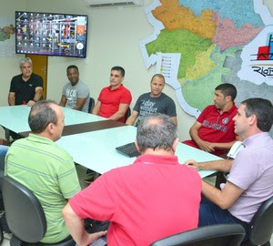 Ação Rio Branco Amiga, recebe camisas autografadas de time do flamengo e Master. (Foto: Divulgação/Ascom PMRB)