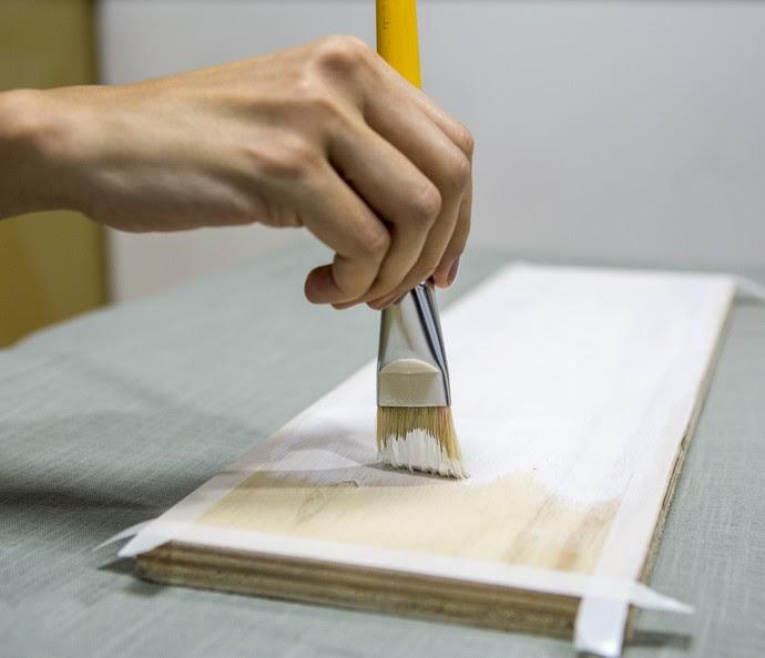 Passe uma fita adesiva na borda e cubra a madeira com um primer (Foto: Ellen Soares/Gshow)