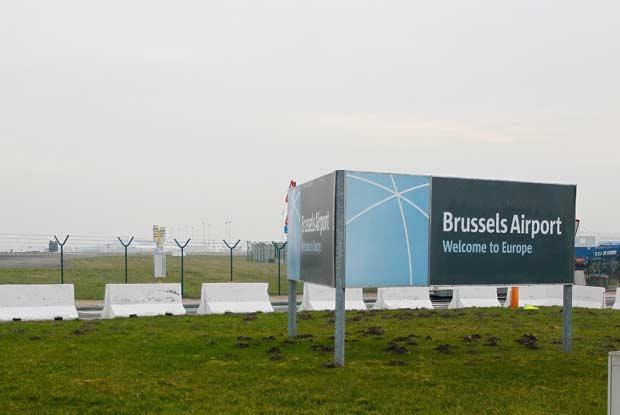 Placa de boas vindas ao aeroporto de Bruxelas, na Bélgica, nesta terça-feira (19) (Foto: AFP)