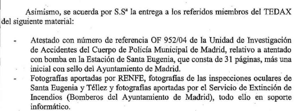 El juez Del Olmo entrega a los peritos de Policía y Guardia Civil, encargados de realizar el informe conjunto sobre las explosiones de los trenes, fotos realizadas por Policía Municipal, Renfe y Bomberos, fotos que luego fueron utilizadas en su informe pericial.