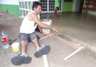 Samuel de Oliveira, 41 anos, construindo uma rampa de acesso ao prédio da Secretaria de Saúde da cidade mato-grossense.