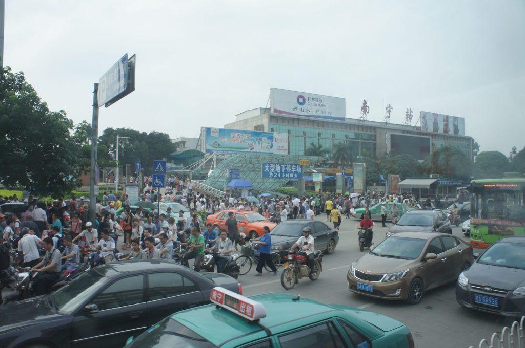 南寧駅前の渋滞