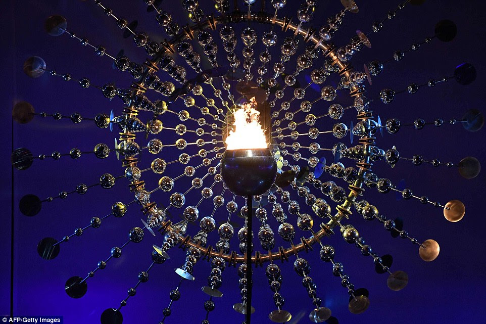 O caldeirão que carrega a chama queima durante a cerimônia de abertura dos Jogos Olímpicos Rio 2016 no estádio do Maracanã, no Rio de Janeiro