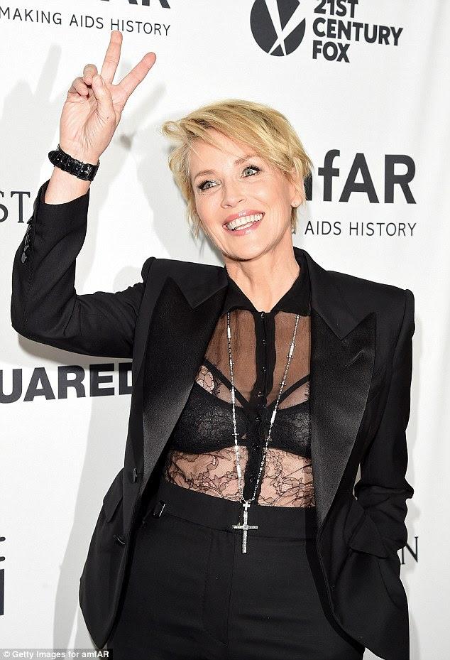 Idade não é objeto: Sharon Stone, 57, pregado as sensibilidades góticos do tema da história horror americano em sua parte superior do laço, vestido com um crucifixo