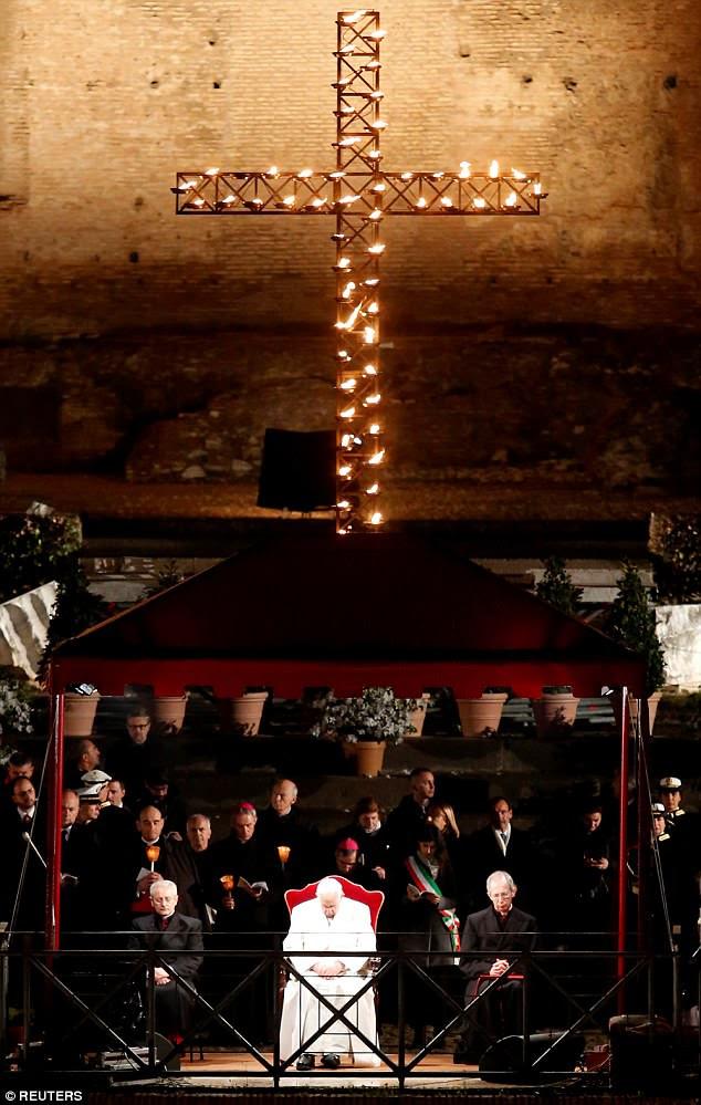 Francis, 81, assistiu a procissão enquanto percorria o antigo Coliseu de Roma, assistido por 20.000 pessoas no dia em que os cristãos comemoram a morte de Jesus por crucificação.
