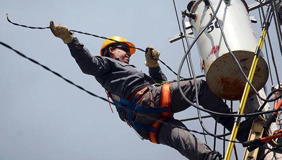 Los trabajadores eléctricos no descansan en aras de ir rehabilitando el servicio en el municipio de Yaguajay, el de mayores afectaciones tras el paso del huracán Irma. Sancti Spíritus, Cuba, 15 de septiembre de 2017. ACN FOTO/Oscar ALFONSO SOSA/sdl