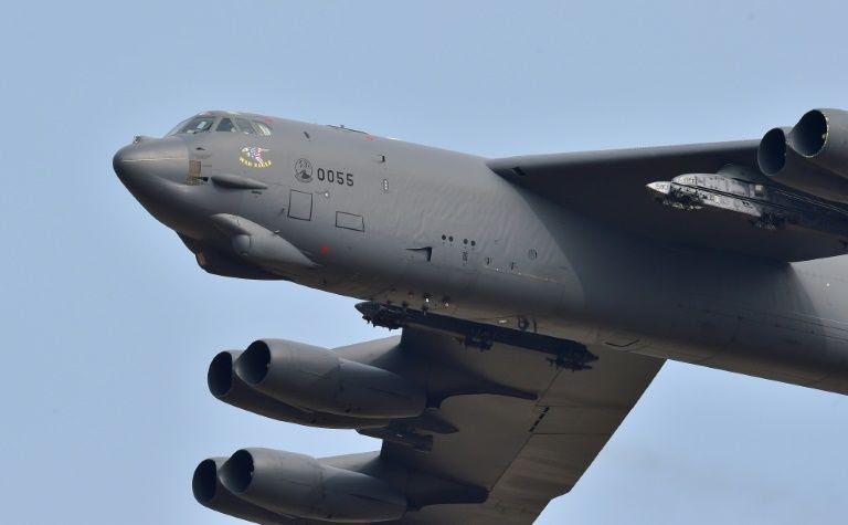 Avião militar americano B52 Stratofortress sobrevoa a base aérea de Osan, em Pyeongtaek, no dia 10 de janeiro de 2016 - Foto: AFP