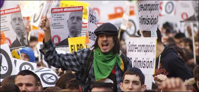 Estudiantes y pancartas en la manifestación de Madrid en su recorrido por la céntrica calle Atocha.