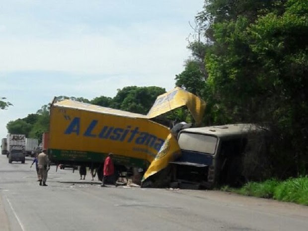 Acidente entre ônibus e caminhão deixa mortos na BR-153 (Foto: Divulgação)