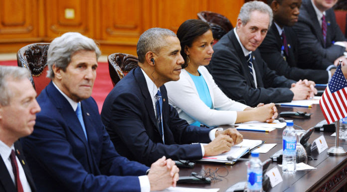 Từ trái sang phải: Ðại Sứ Ted Osius, Ngoại Trưởng John Kerry, Tổng Thống Mỹ Barack Obama, Cố Vấn An Ninh Susan Rice và Ðại Diện Thương Mại Michael Froman, hội đàm với chính phủ của Thủ Tướng Nguyễn Xuân Phúc ngày 23 tháng 5, 2016 khi tổng thống Mỹ đến thăm Việt Nam. (Hình: Hoang Dinh Nam/AFP/Getty Images)