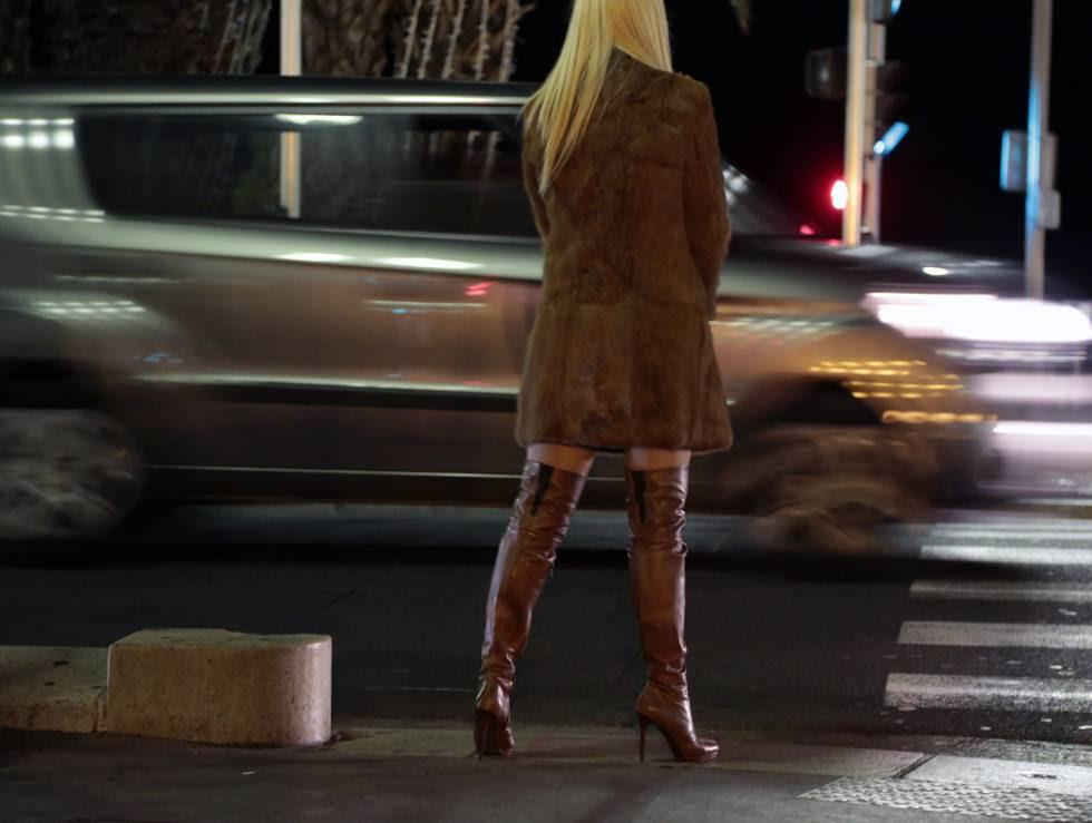 Una prostituta en Promenade des Anglais (Niza), en 2013.