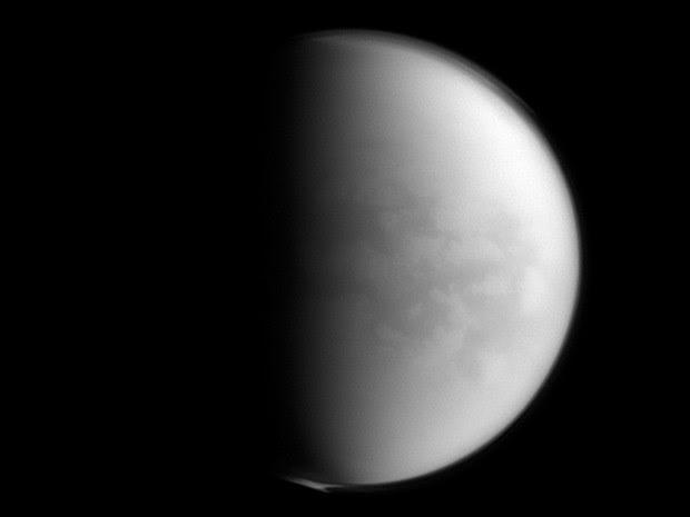 Sonda Cassini identificou presença de ingrediente plástico na atmosfera de Titã. Esta é a primeira vez que o produto químico é encontrado fora da Terra (Foto: Nasa/AP)
