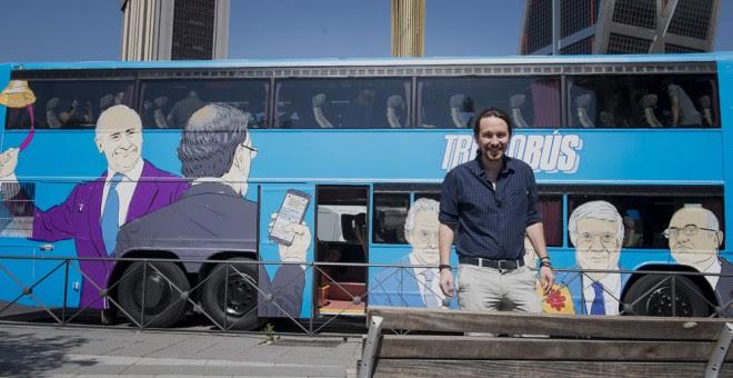 El secretario general de Podemos, Pablo Iglesias, momentos antes de subirse al 'tramabús', en la Plaza de Castilla de Madrid. EFE/Luca Piergiovanni