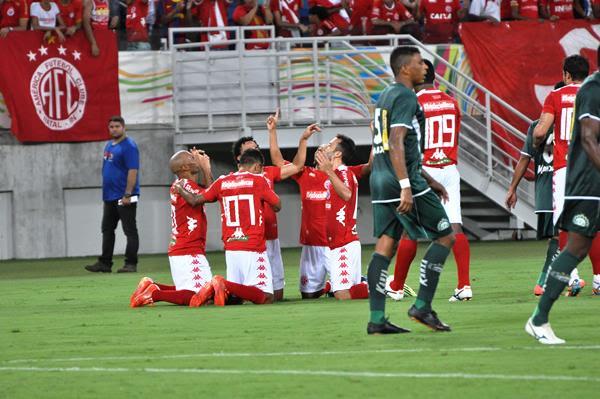 Jogadores do América celebram o primeiro gol do Alvirrubro, anotado por Thiago Potiguar