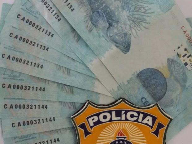 Dinheiro falso foi apreendido com os suspeitos (Foto: Divulgação/PRF)