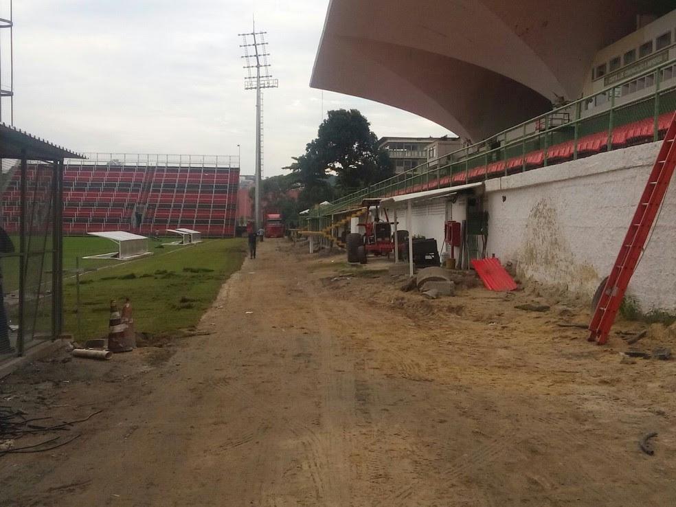 Terra e máquinas tomavam conta do setor oeste da Ilha às vésperas de partida contra Atlético-GO (Foto: GloboEsporte.com)