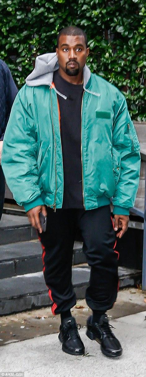 Kanye West parece preocupado enquanto se dirige para o aeroporto de Nova York para encontrar sua esposa Kim após o ataque chocante