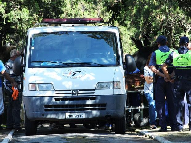 Técnicos do IML realizam a exumação do corpo de Marcos Matsunaga no Cemitério São Paulo, Zona Oeste de São Paulo, durante a manhã. O empresário foi morto em maio de 2012 por sua mulher, Elize Matsunaga. (Foto: Alex Falcão/Futura Press/Estadão Conteúdo)