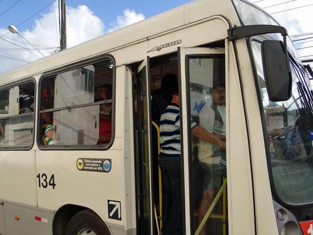 Ônibus que atendem a área de Piedade estão lotados (Foto: Katherine Coutinho / G1)