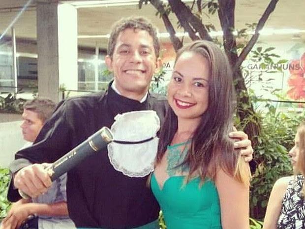 Ex-cortador de cana com a prima na formatura dele em medicina pela UPE (Foto: Arquivo pessoal/Flaviana Maria)