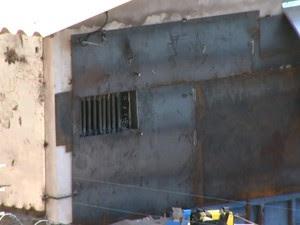 Após serrarem grades de janela de ventilação, presos tiveram acesso ao pátio externo da unidade (Foto: Reprodução RPC)